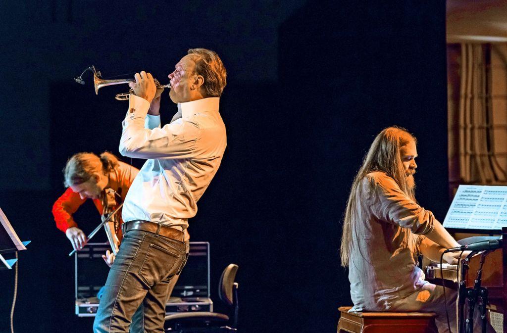 Matthias Zeller (E-Viola), Daniel Schmahl (Trompete) und Marius Leicht (Orgel) im Wizemann Foto: Holger Schneider