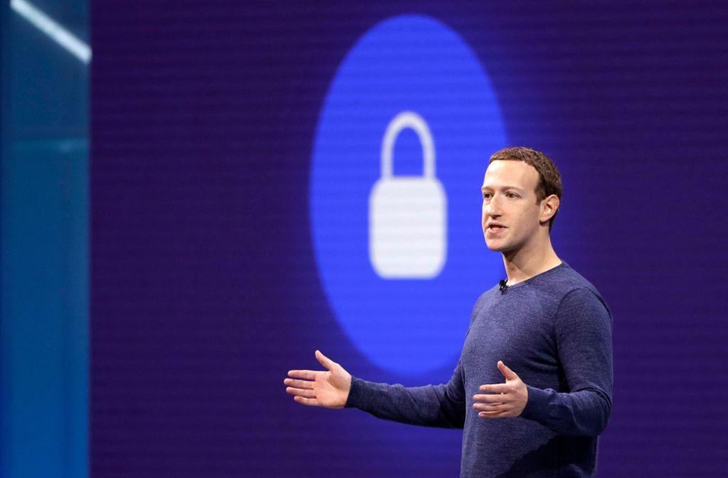Auf der großen Bühne verspricht der Facebook-Chef Mark Zuckerberg gerne guten Datenschutz. Foto: AP