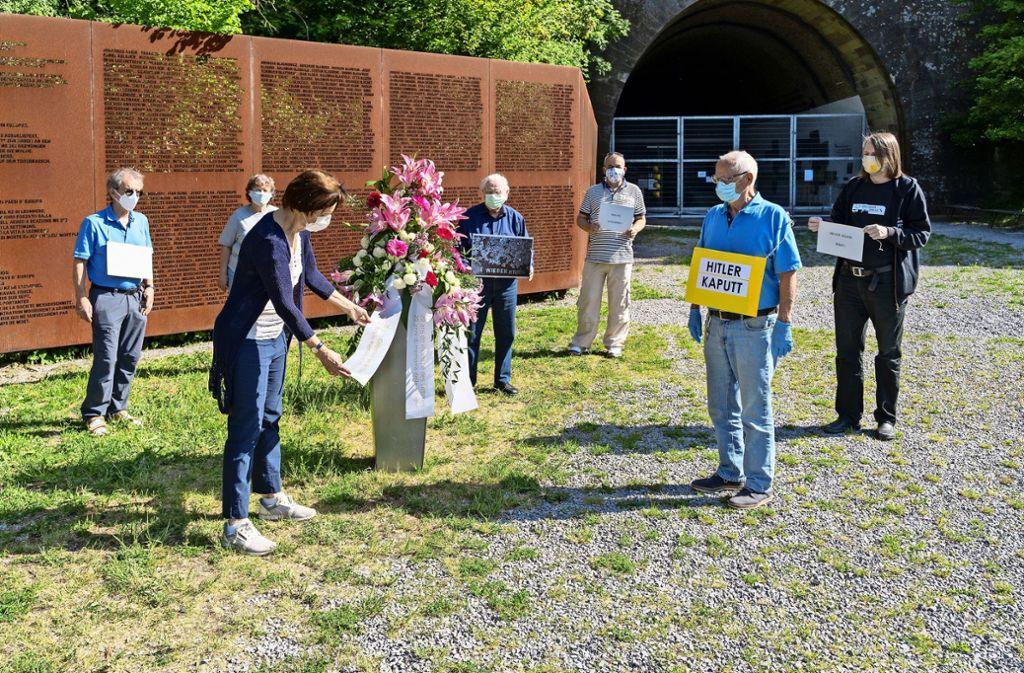 Die Vorsitzende Marei Drassdo (an den Blumen) legte gemeinsam mit anderen Mitglieder der KZ-Gedenkstätteninitiative Leonberg ein Blumengebinde nieder. Foto: factum/Jürgen Bach