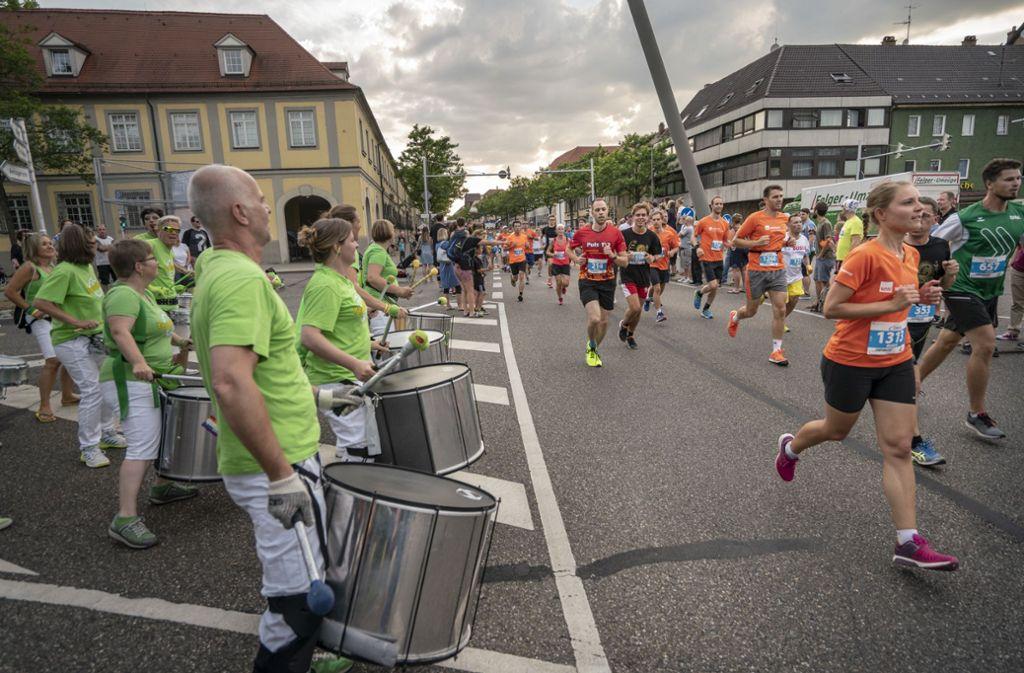 Nicht nur vom Publikum, sondern auch von Trommlern angefeuert wurden die Läufer im vergangenen Jahr in der Ludwigsburger Innenstadt. Foto: