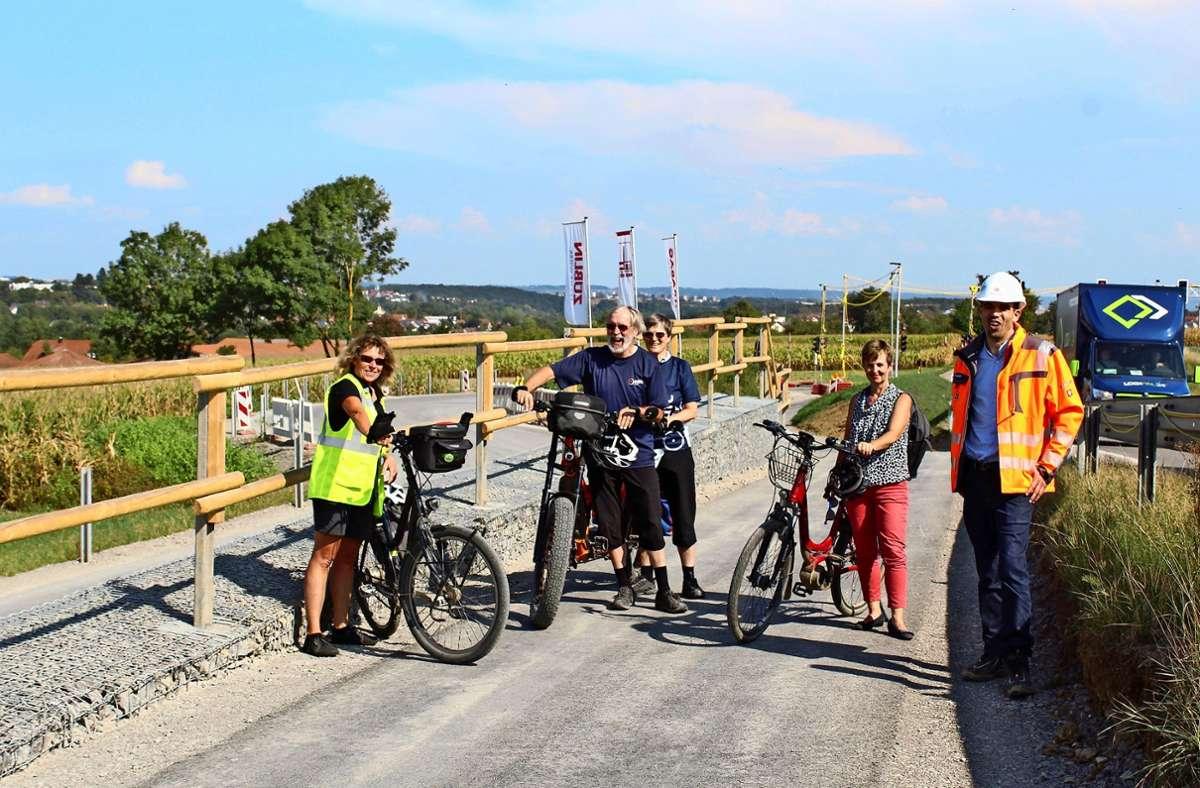 Sie freuen sich über den neuen Radweg (von links): Monika Knopf (ADFC), Cornelius und Renate Gruner (ADFC), Evelyn Sindermann (Bezirksbeirat Plieningen), Daniel Wäschenbach (Deutsche Bahn) Foto: Jacqueline Fritsch