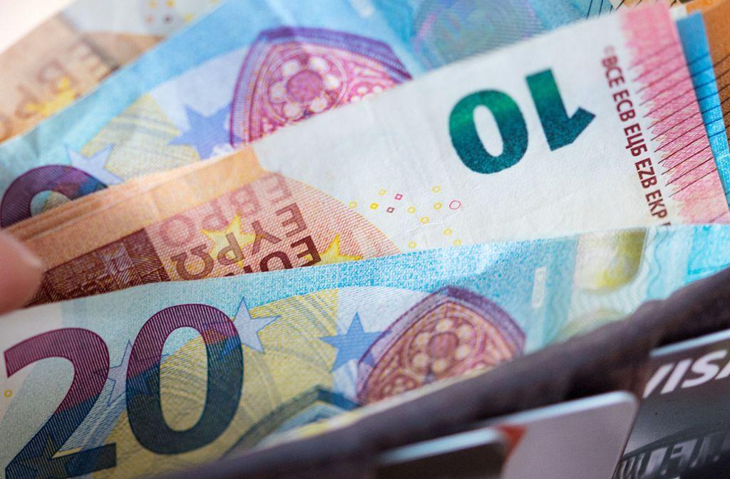 Mit dem Falschgeld sollen die Täter etwa 7500 Euro pro Monat verdient haben. Foto: dpa