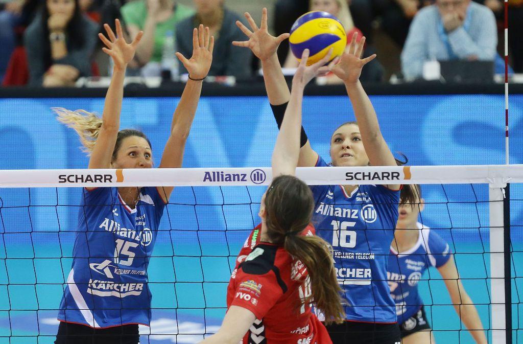 Der Block steht, die Leistung passt – und dennoch könnte es sein, dass Allianz MTV Stuttgart (Jennifer Pettke/li. und Michaela Mlejnkova) auf den Startplatz in der Champions League verzichtet. Foto: Baumann