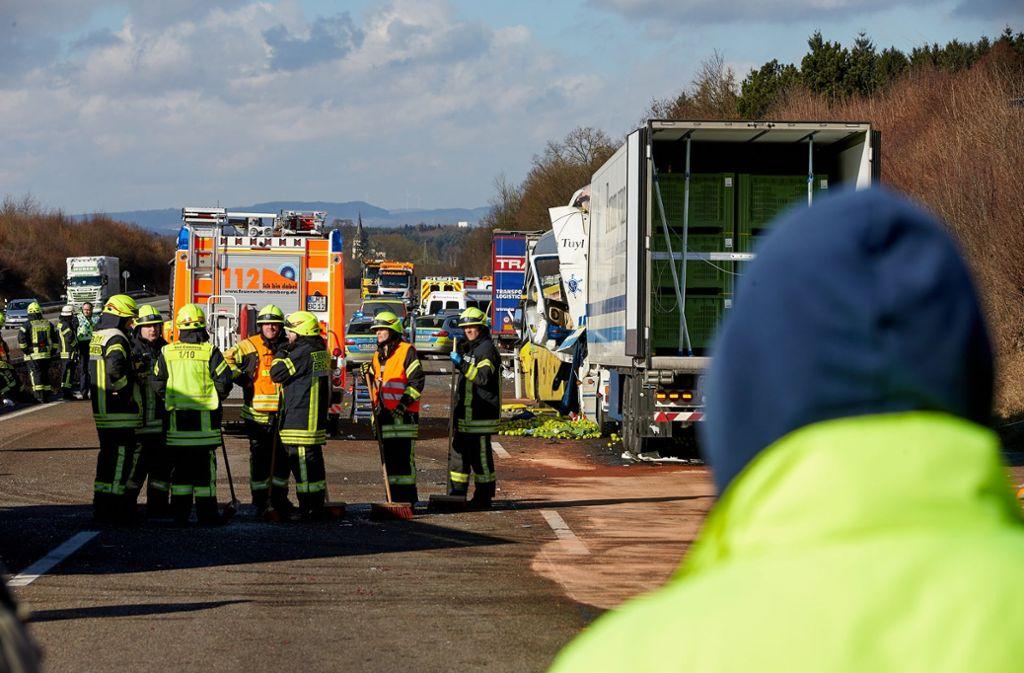 Bei dem schweren Unfall mit einem Reisebus und drei Lastwagen in Hessen sind laut Polizei alle Buspassagiere verletzt worden Foto: dpa