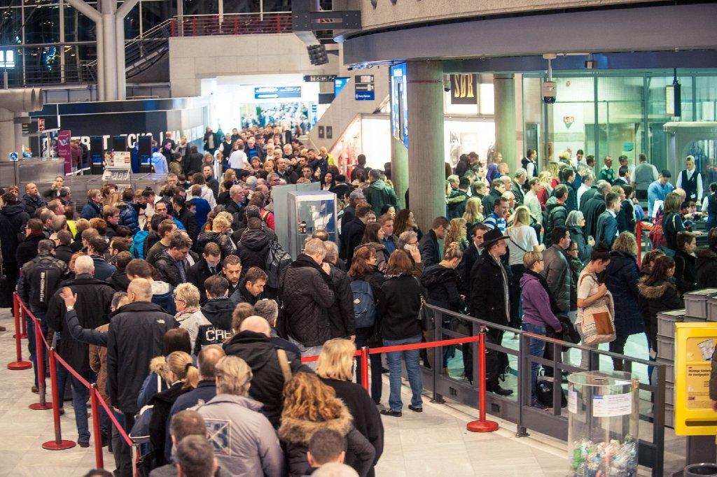 Am Freitag müssen Reisende am Flughafen Stuttgart mehr Zeit einplanen: Das Sicherheitspersonal streikt, am Security-Check kam es zu langen Wartezeiten. Foto: www.7aktuell.de | Florian Gerlach