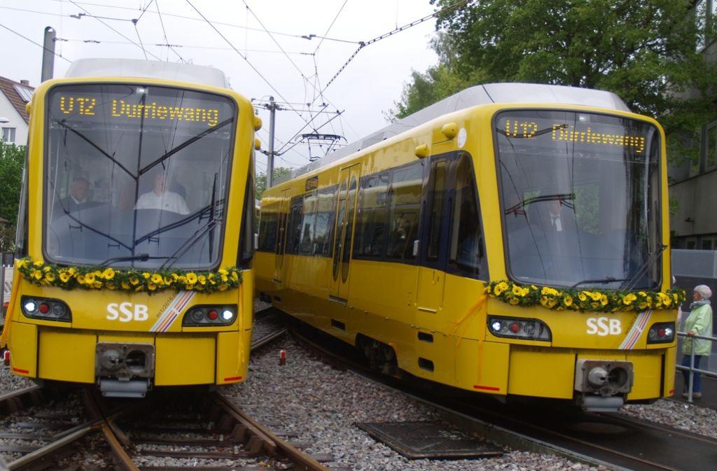 Die beiden geschmückten Stadtbahnwagen biegen auf den neu gebauten Streckenast ein. Foto: Rüdiger Ott