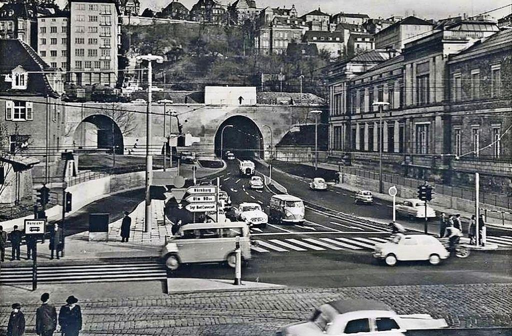 1958 ist der mit zwei Röhren angelegte Wagenburgtunnel für Autos freigegeben worden – ein Jahr danach ist dieses Foto entstanden. Der Wagenburg-Tunnel in Bildern aus der StZ-Geschichtswerkstatt. Foto: Wibke Wieczorek