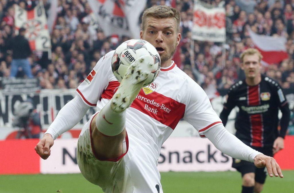 Und hoch das Bein: Alexander Esswein will mit dem VfB Stuttgart den Klassenverbleib schaffen und damit beim Bundesligisten bleiben. Foto: Baumann