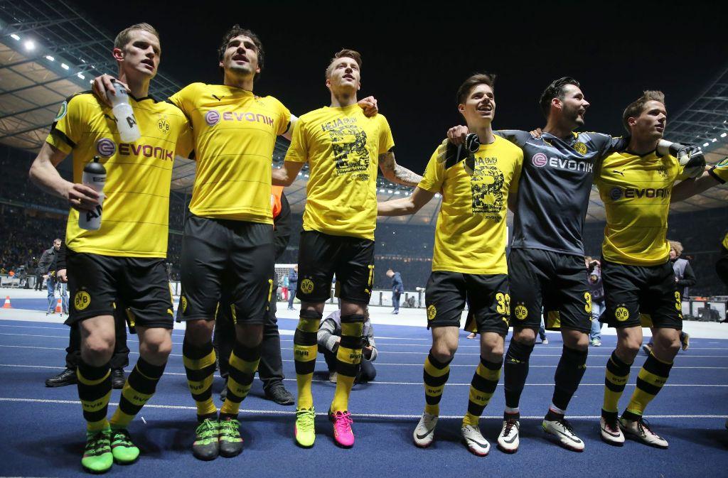 Gemeinsam gab es für Erik Durm (rechts) und Torhüter Roman Bürki (2.v.r.) bei Borussia Dortmund einiges zu feiern – so wie hier beim Triumph im DFB-Pokal 2016. Foto: dpa