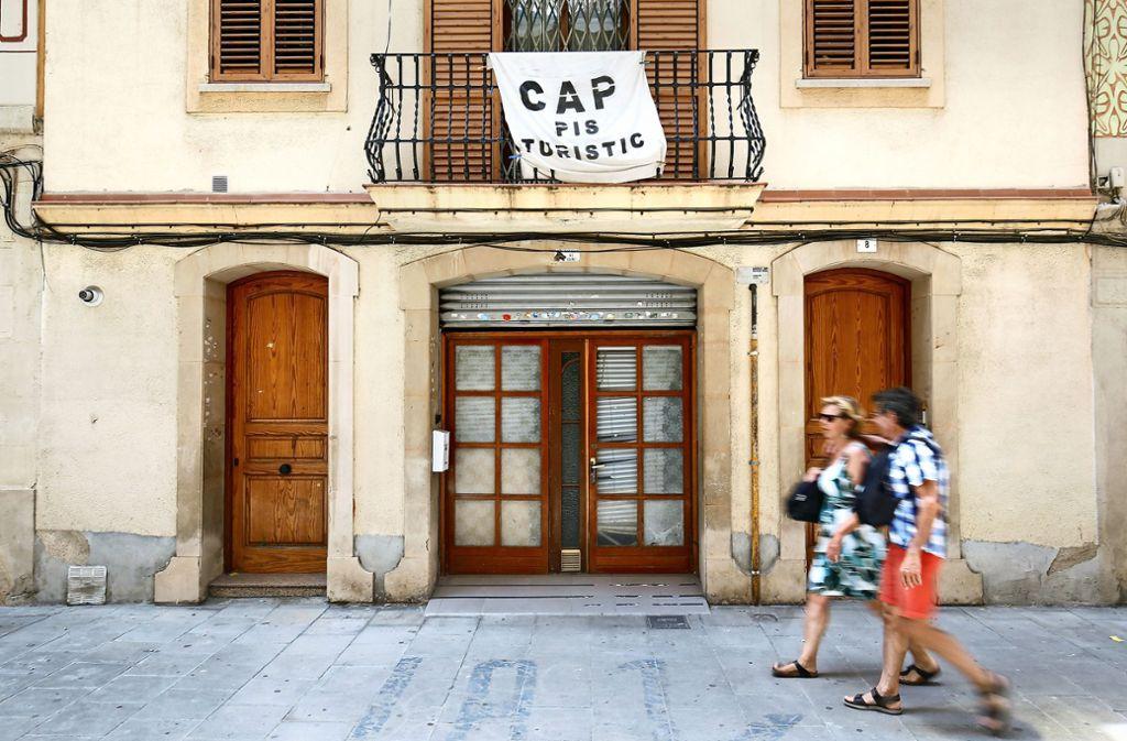 """""""Keine Touristenwohnung"""" steht auf diesem Transparent. Viele Einwohner von Barcelonas malerischen Vierteln wehren sich gegen Airbnb. Foto: AFP"""