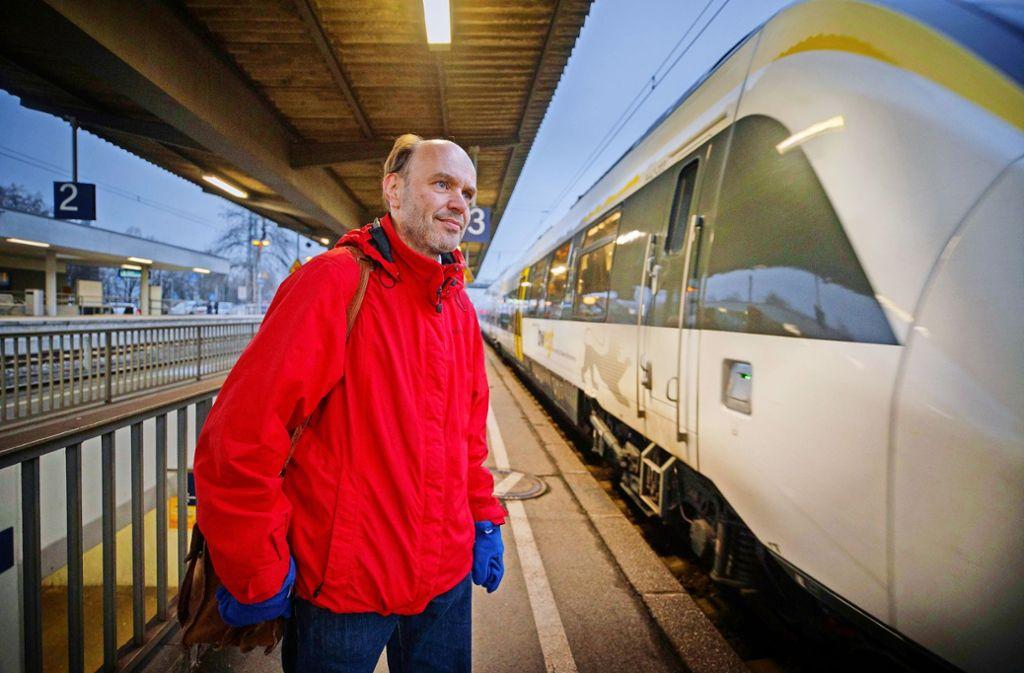 Der Landtagsabgeordnete Gernot Gruber vor einem der neuen     Talentzüge, die – so die Kritik – oft zu spät kommen. Foto: Gottfried Stoppel