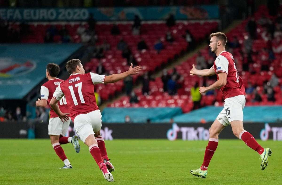 Sasa Kalajdzic (rechts) vom VfB Stuttgart köpft das 1:2 für Österreich – sein Team verliert dennoch gegen Italien. Foto: AFP/FRANK AUGSTEIN