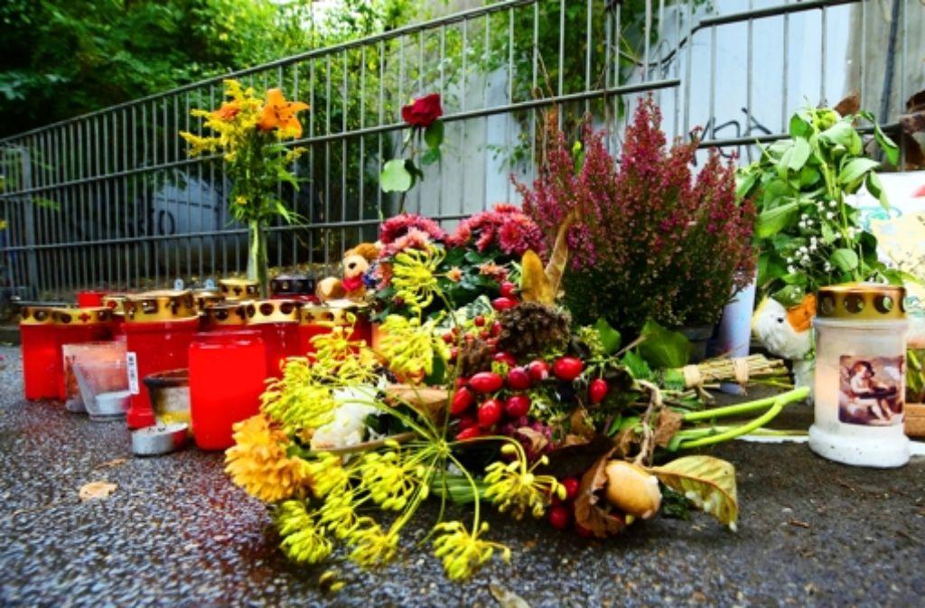 Die Anteilnahme der Menschen nach dem Mordfall ist groß; am Tatort wurden Blumen und Kerzen niedergelegt. Foto: dpa