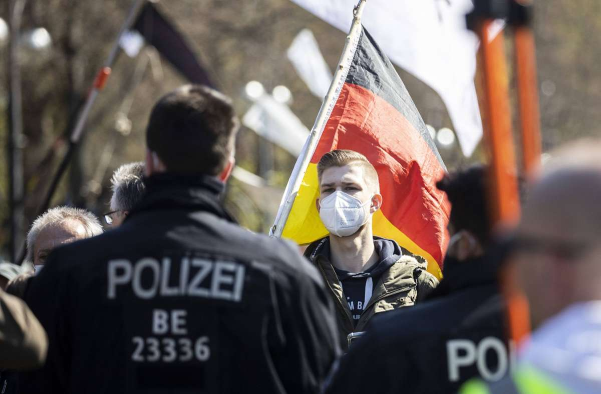 Ein Demonstrant mit einer Deutschland-Fahne in Berlin. Foto: imago images/photothek/Florian Gaertner