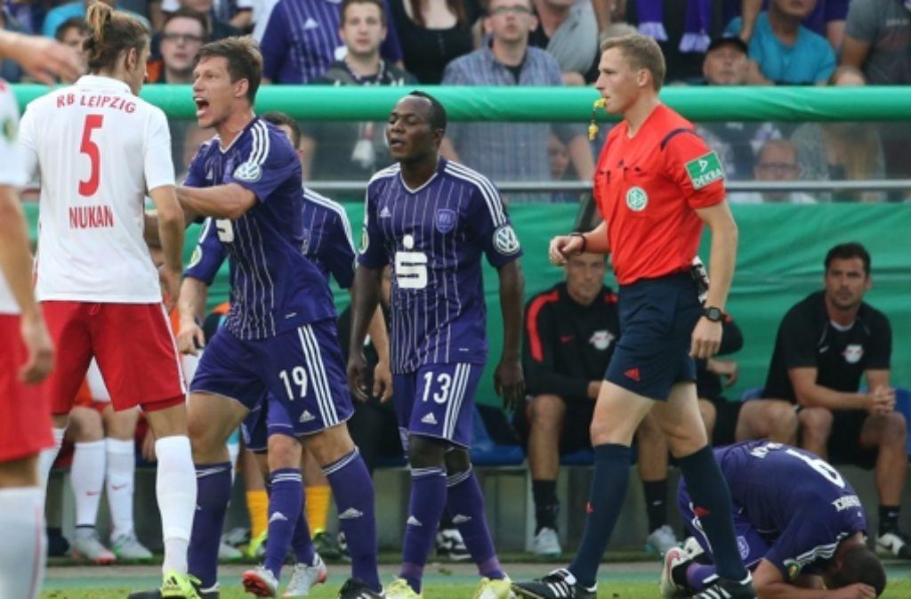 Nach dem abgebrochenen Spiel zwischen Osnabrück und Leipzig hat Leipzigs Sportdirektor Ralf Rangnick eine Wiederholung der Partie angeboten. Foto: dpa