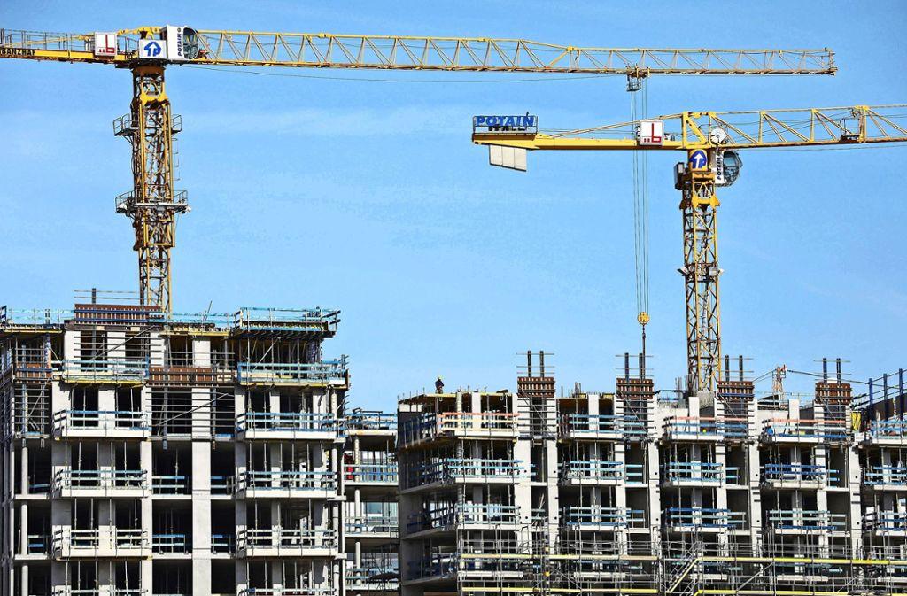 Wohnungen sind knapp in der Landeshauptstadt. Doch keiner will, dass bei ihm vor der Haustür gebaut wird. Foto: dpa/Christian Charisius