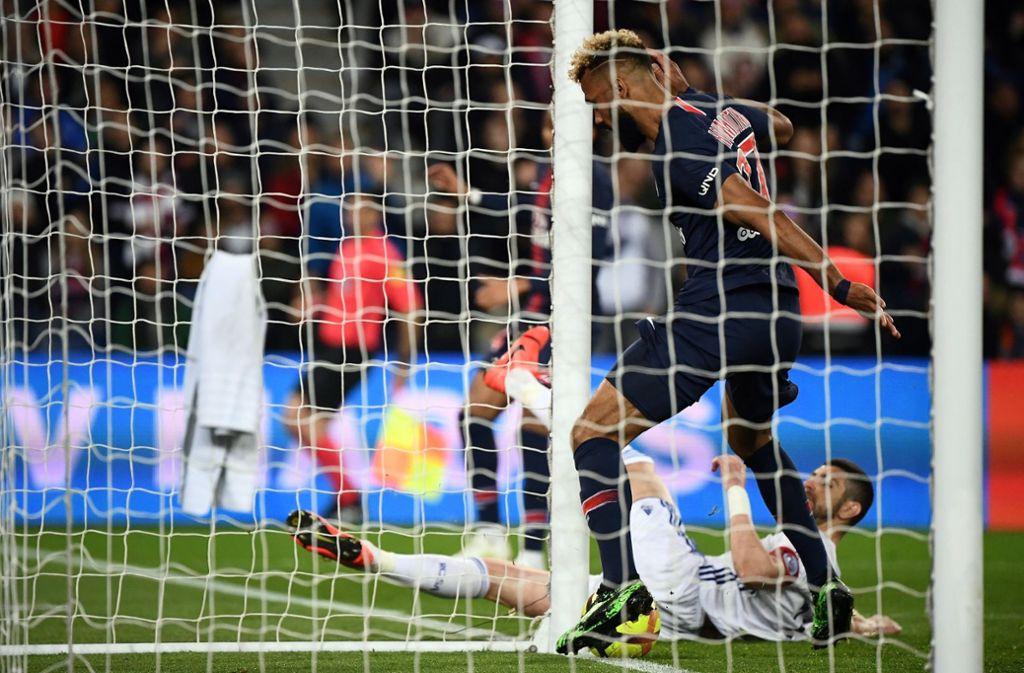 Dumm gelaufen: Eric Maxim Choupo-Moting spielt den Ball, der ins gegnerische Tor gerollt wäre, mit seinem linken Fuß an den Pfosten. Foto: AFP