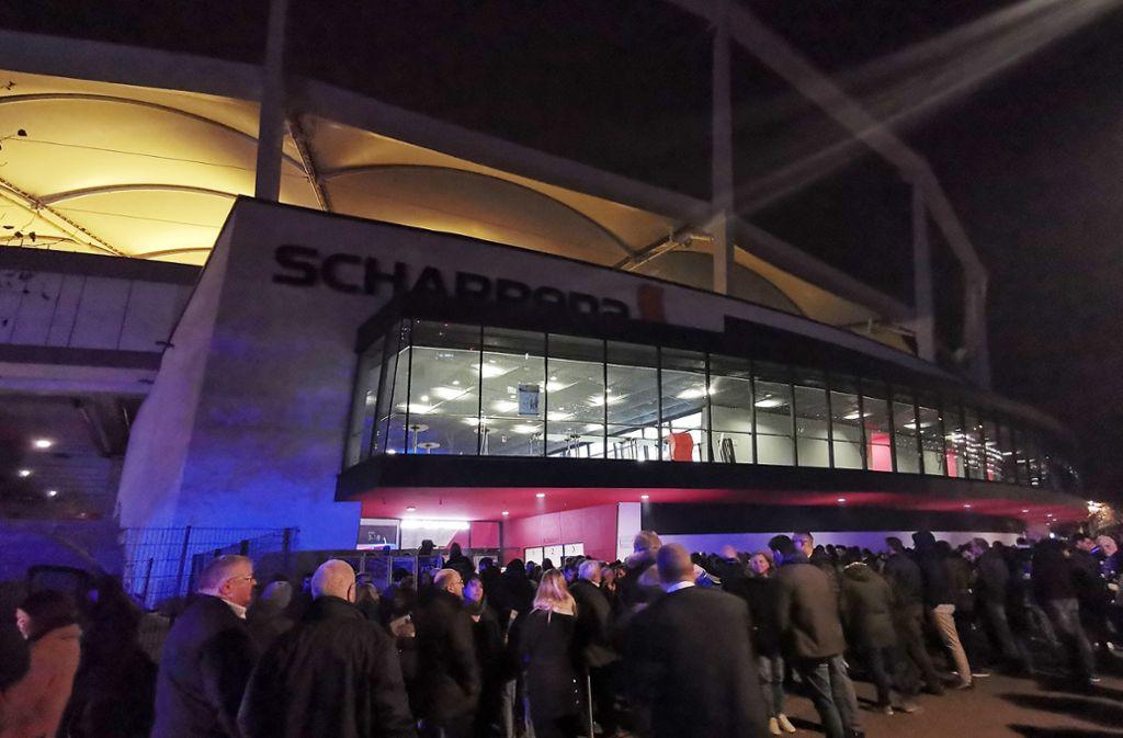 In der Kälte warten die Zuschauer, bis sie wieder in die Halle dürfen. Foto: Pressefoto Baumann/Julia Rahn