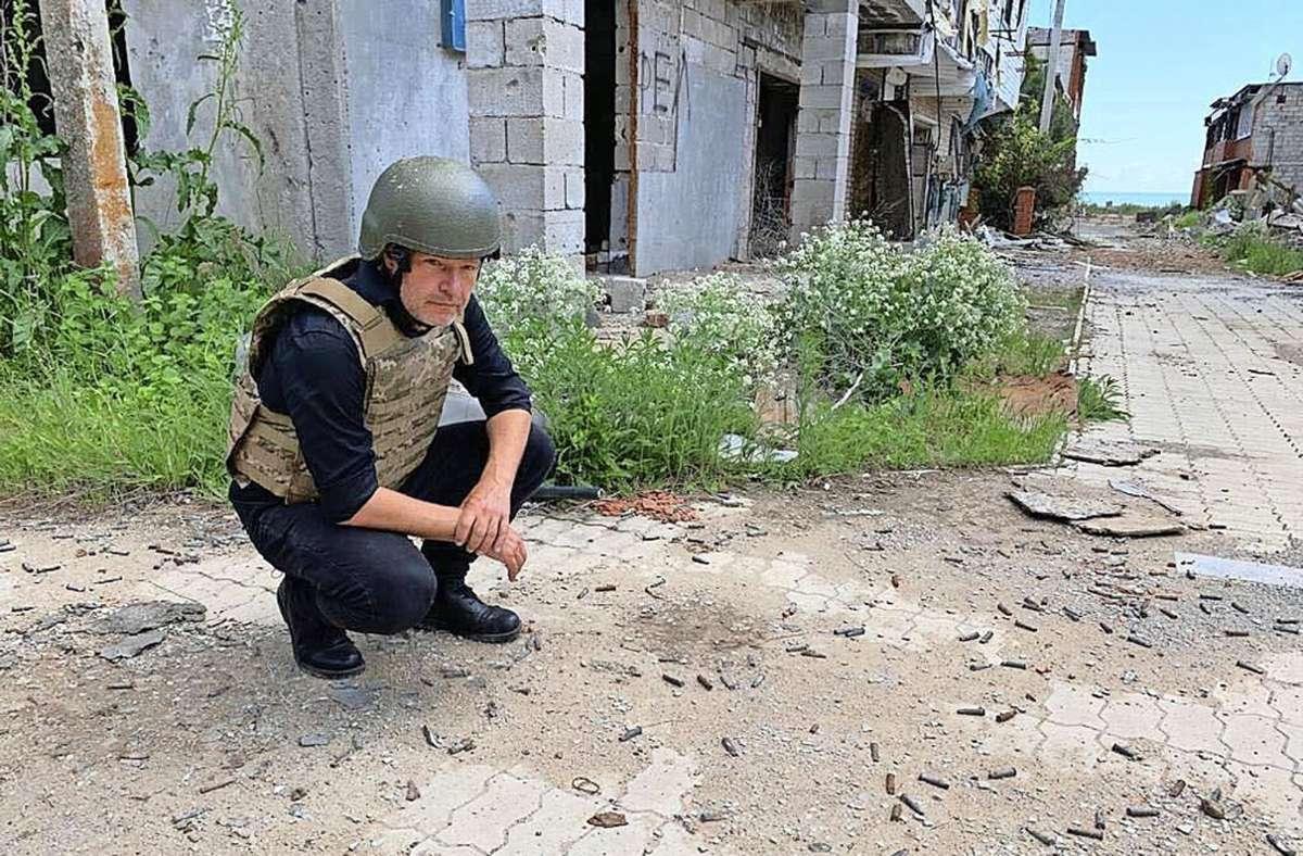 Robert Habeck in Kriegsmontur: In der Ukraine besichtigt er künftige Herausforderungen für eine Regierungspartei. Foto: dpa/Klaus Remme