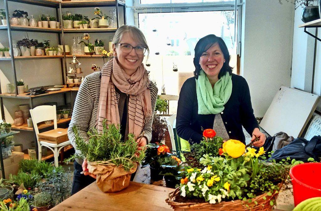 Vormittags Blumenladen, ab nachmittags auch Café: Julia Föhl (links) und Foto: Björn Springorum