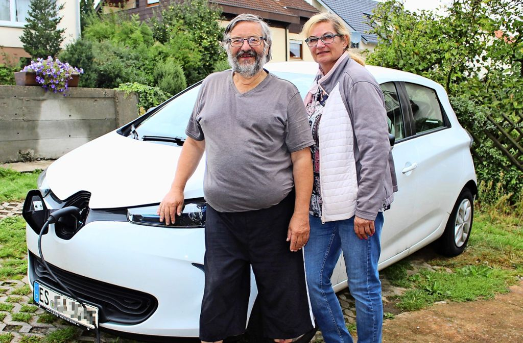Das Ehepaar Alber aus Plattenhardt hat sich ein E-Auto zugelegt –  und kämpft bisweilen mit den Widrigkeiten. Foto: Caroline Holowiecki