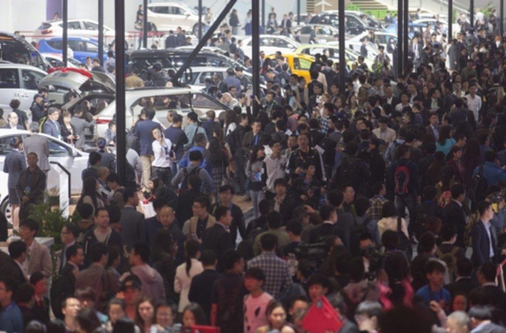 Das Interesse an Autos ist in China groß.  Entsprechend dicht ist das Gedränge auf der Messe in Peking. Foto: dpa