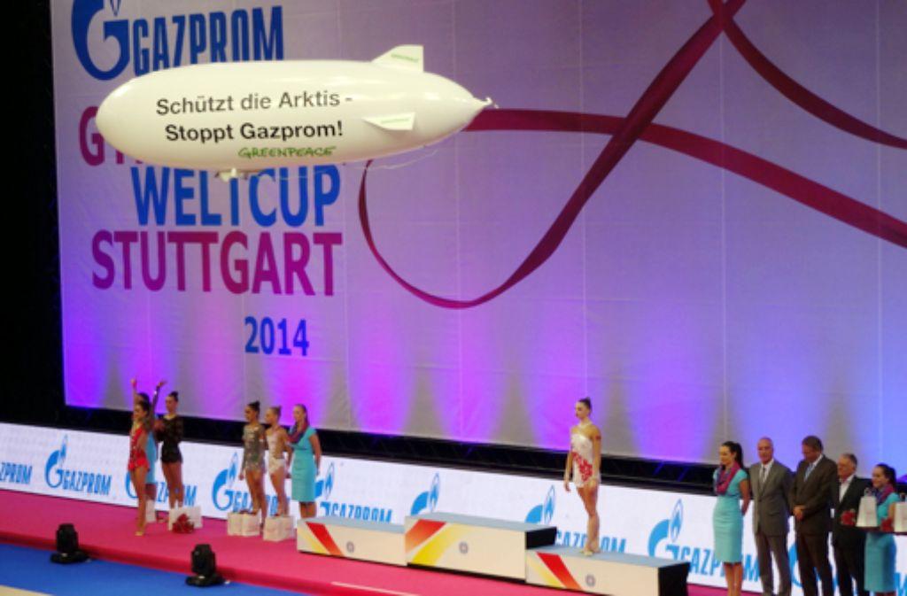 Der Anti-Gazprom-Ballon von Greenpeace schwebte etwa zehn Minuten lang durch die Porsche-Arena in Stuttgart. Im Folgenden zeigen wir zwei weitere Bilder von der Aktion am letzten Tag des Gymnastik-Weltcups. Foto: Tobias Köhler