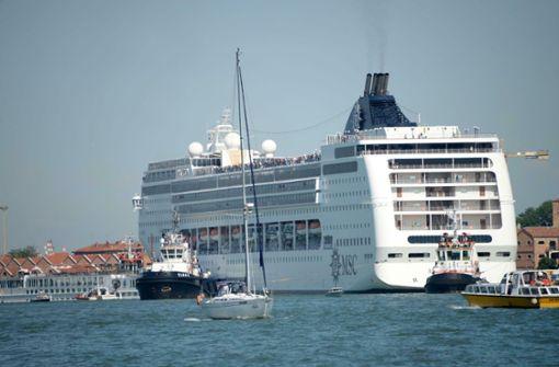 Riesiges Kreuzfahrtschiff rammt Touristenboot