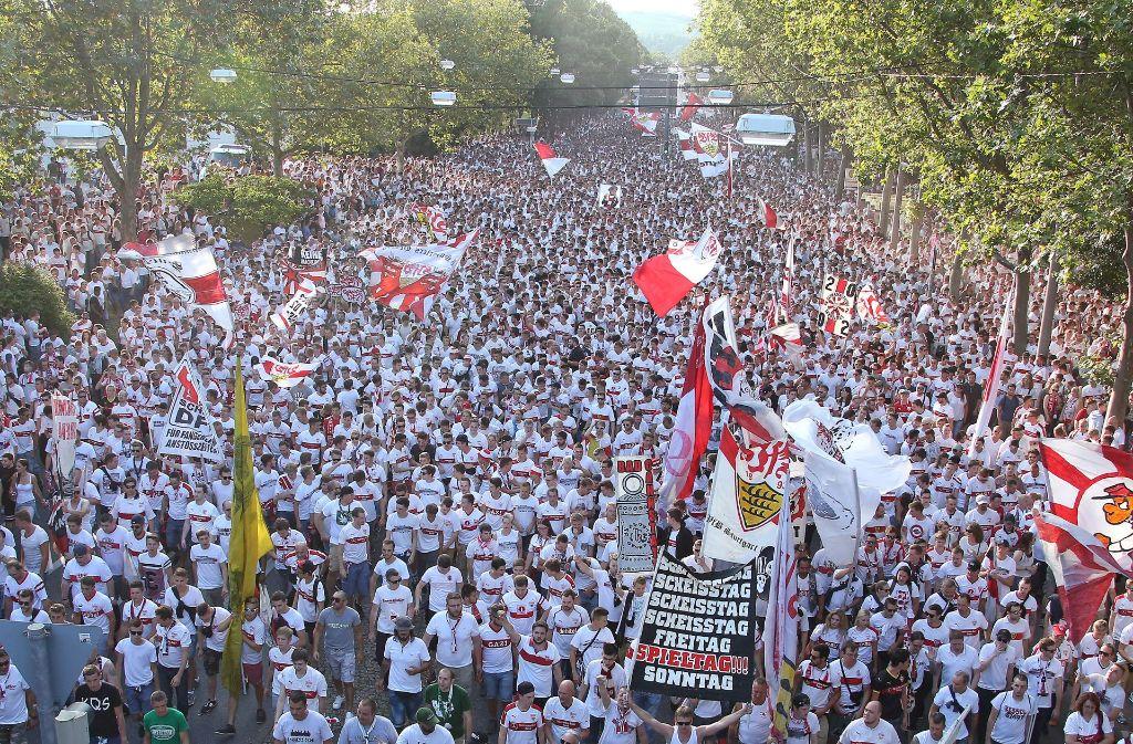 Zu Tausenden werden die VfB-Fans an diesem Samstag wieder vom Bahnhof in Bad Cannstatt zum Stadion ziehen. Die Ultras wollen dabei erneut gegen die Verbände protestieren. Foto: Baumann