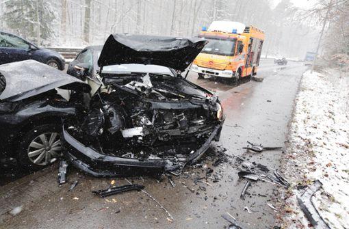 Schwer Verletzte – viele Unfälle auf glatten Straßen