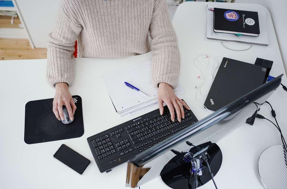 Laut DAK waren zuletzt 43 Prozent der Beschäftigten im Homeoffice - und dort auch nach eigener Auffassung nicht nur zufriedener, sondern auch produktiver (Symbolbild) Foto: dpa/Uwe Anspach