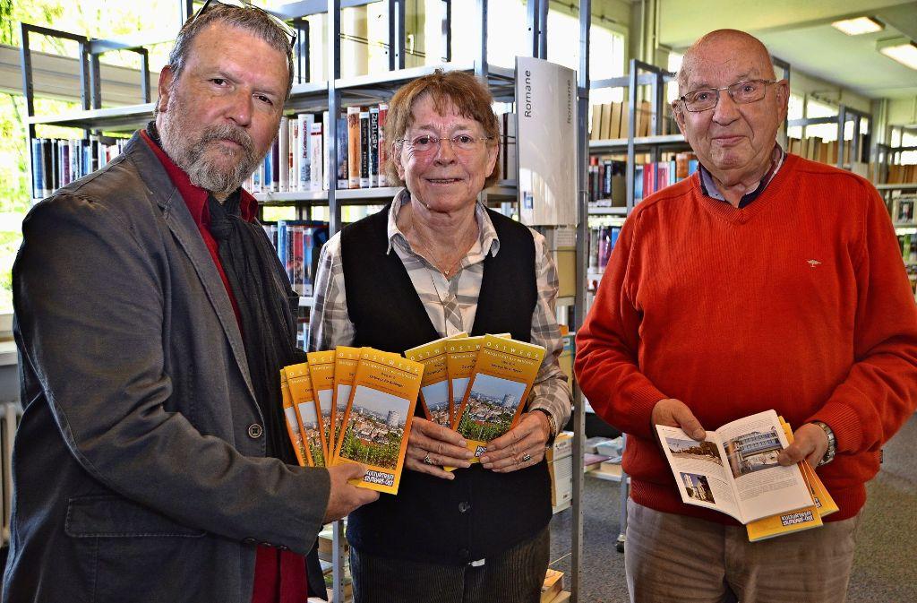 Ulrich Gohl, Dorothee Siefert und Gerhard Götze (v.l.) präsentieren die Broschüre. Foto: Tetik