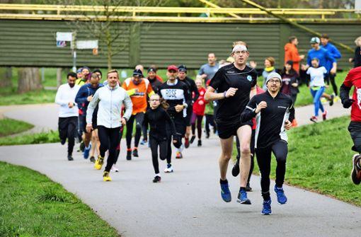 Parkrun-Läufer starten am Neckarufer durch