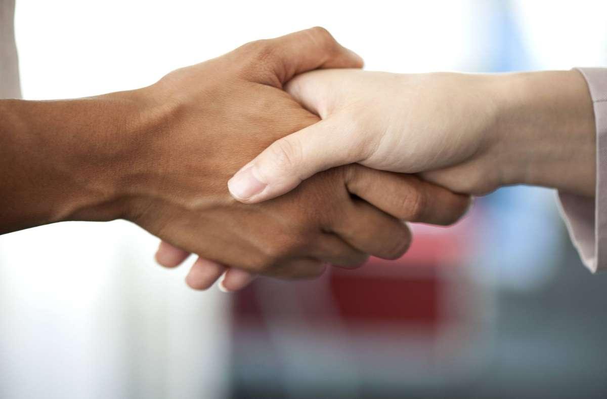 Frauen die Hand schütteln? Für den Oberarzt in einer Klinik geht dies wegen seiner fundamentalistischen Wertvorstellung nicht. Foto: imago/PhotoAlto/Odilon Dimier