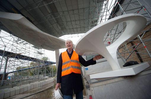 Der Architekt des Tiefbahnhofs Stuttgart 21, Christoph Ingenhoven, auf der Baustelle neben einem Modell einer Kelchstütze vor dem Teilstück eines Stützenmusters in Originalgröße Foto: dpa