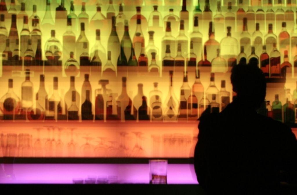 Die Herren McCorkle und Padillo betreiben eine feine Bar und würden hier auch gerne gepflegte Trinkerabende verbringen. Foto: dpa