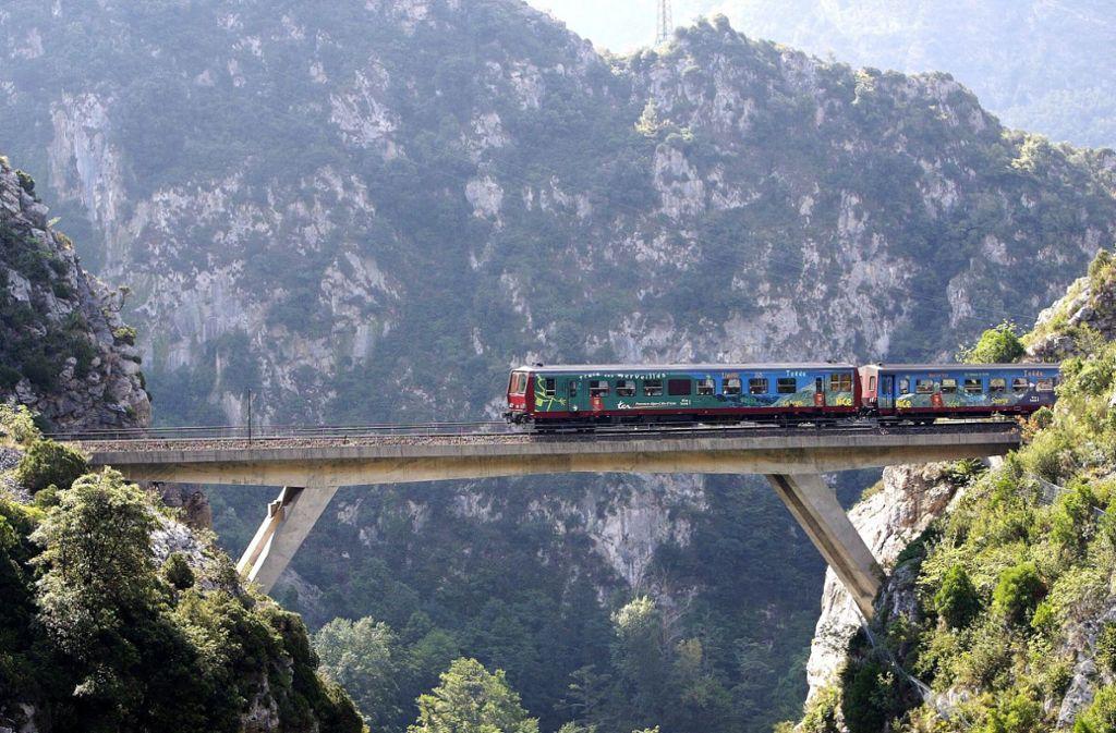 """Der """"Zug der Wunder"""" führt auf der Eisenbahnlinie Tendabahn von Nizza im Südosten Frankreichs über die französischen Alpen nach Italien. Foto: picture-alliance/ dpa"""