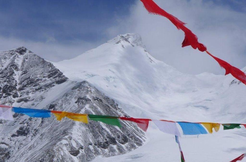 Mystische Stimmung mit Lhakpa Ri im Hintergrund. Dieser 7045 Meter hohe Himalaya-Gipfel befindet sich im Kreis Dingri des Regierungsbezirks Shigatse im Autonomen Gebiet Tibet, sieben Kilometer nordöstlich vom Mount Everest. Foto: Wolfgang Klocker