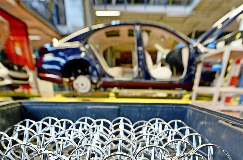 Blick in die Produktion bei Daimler. Der Autobauer hat Streit mit einem Zulieferer, der Parallelen  zu dem inzwischen beigelegten Mega-Konflikt von VW hat. Foto: dpa