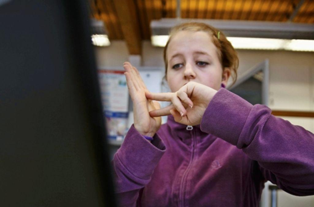 Mit Hilfe eines Dolmetschers kann Vivien Frickinger in Gebärdensprache einen Notruf absetzen. Foto: Stoppel