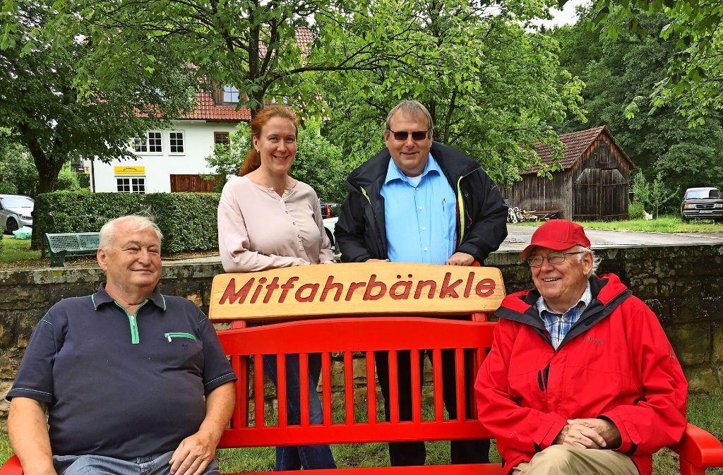 Albert Ortwein, Birgit Schwarz, Volker Krapf und Eberhard Hottenroth (von links) freuen sich über das Mitfahrbänkle, das neuerdings in Nassachmühle am Dorfplatz steht. Foto: StZ
