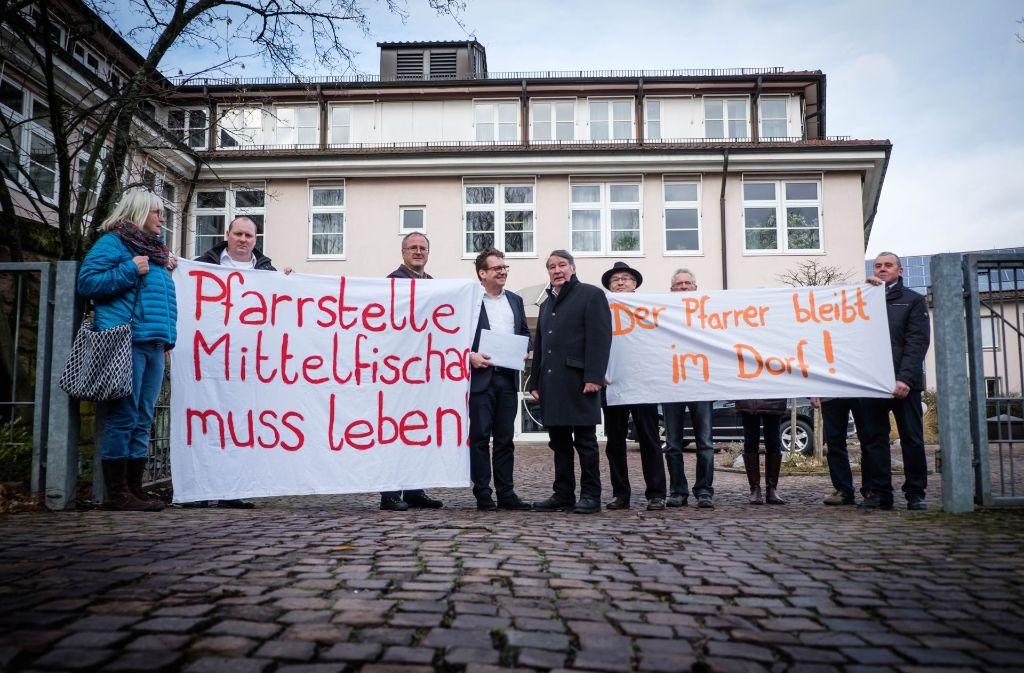 Kirchenrat Dan Peter (3. v. li.) empfängt die Protestierenden aus dem Hohenlohischen. Foto: Lichtgut/Achim Zweygarth