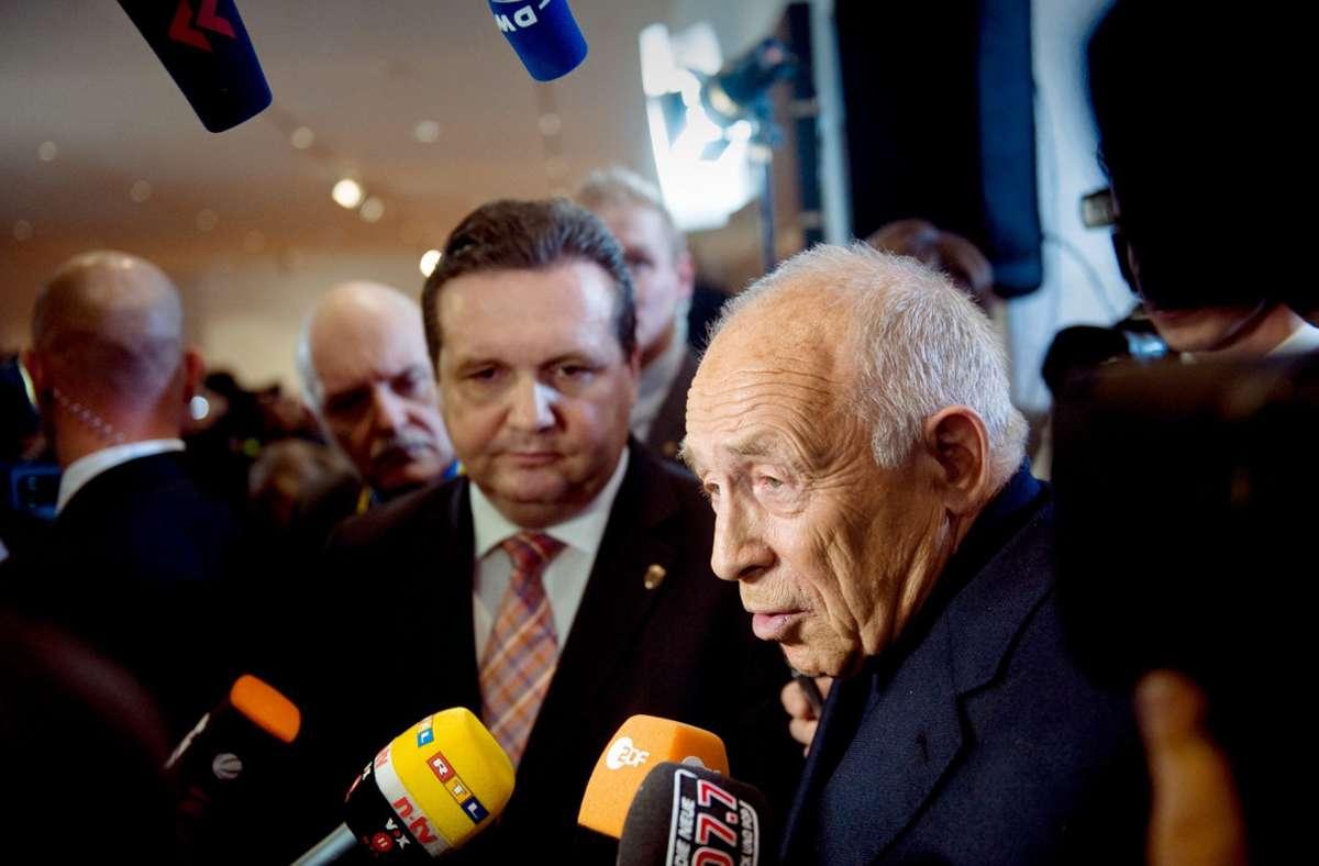 Der Moderator Heiner Geißler. Links der damalige Ministerpräsident Mappus Foto: Stollberg
