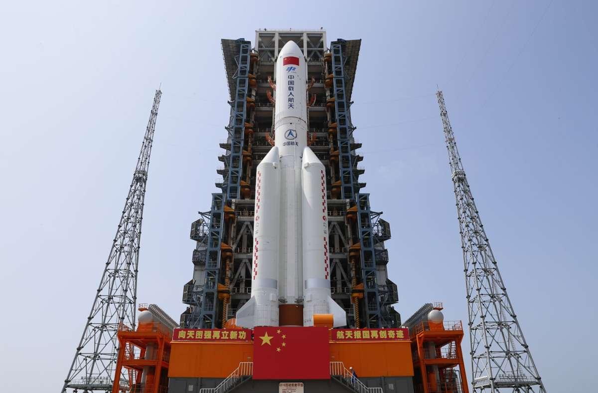 """Die Kombination aus dem Kernmodul """"Tianhe"""" der chinesischen Raumstation und der Langer-Marsch-5B-Y2-Rakete steht im Startbereich der Wenchang Spacecraft Launch Site in der südchinesischen Provinz Hainan. Die Kombination wird dann wie geplant verschiedene Funktionstests vor dem Start und gemeinsame Tests durchlaufen, so die China Manned Space Agency (CMSA). Foto: Guo Wenbin/XinHua/dpa"""