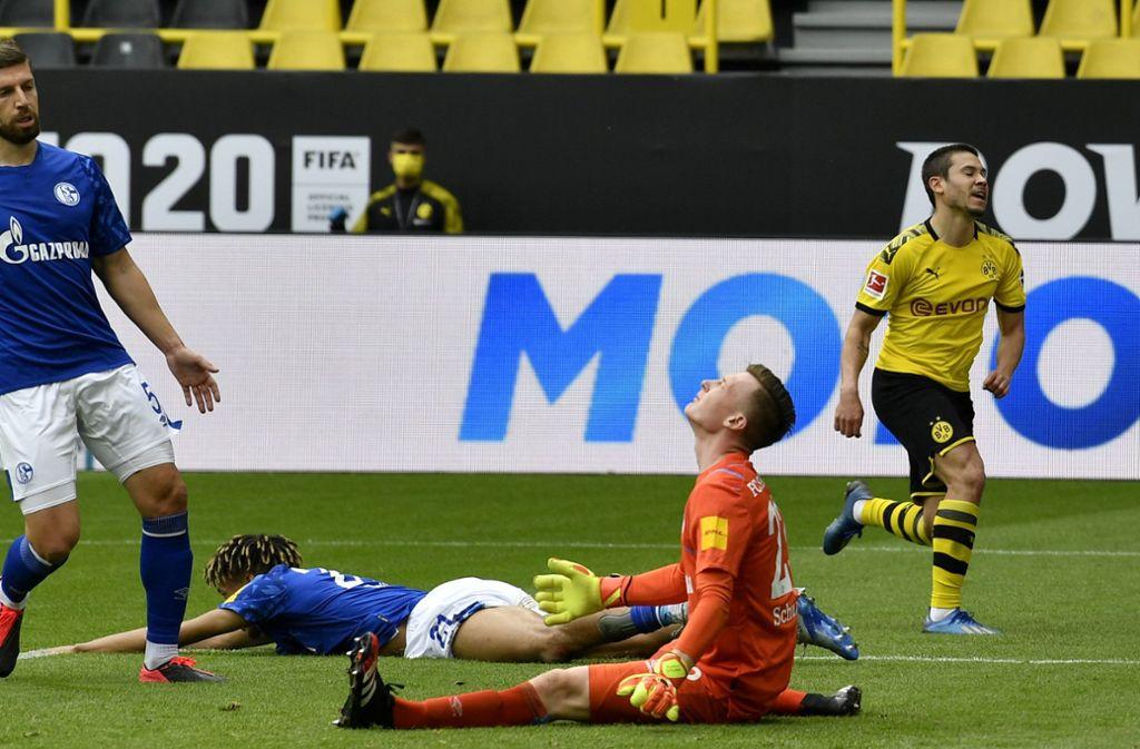 Raphael Guerreiro (rechts) traf im Derby gegen Schalke gleich doppelt. Foto: AP/Martin Meissner