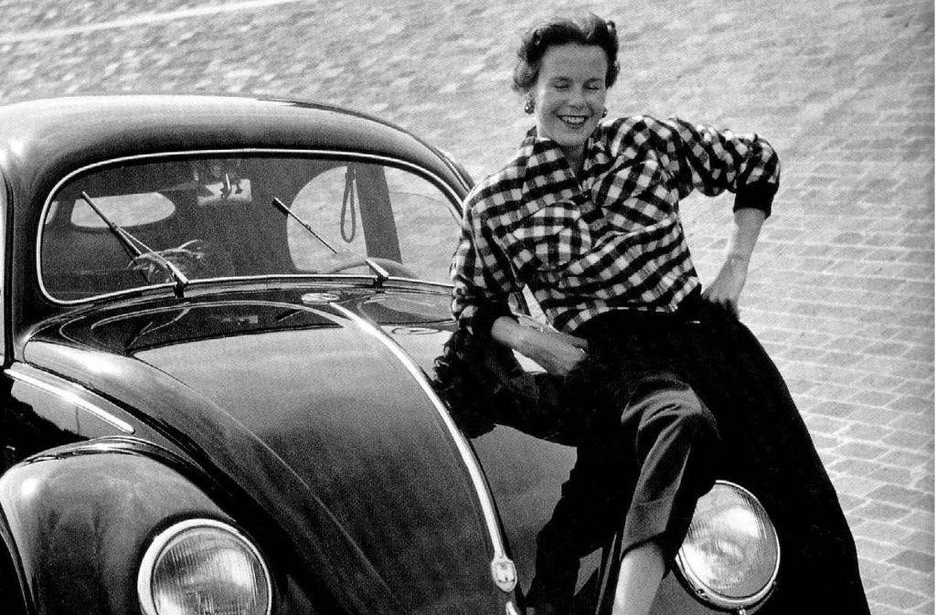 Mutmaßlich an der Avus aufgenommen: eine Frau und ihr VW,  in den Fünfzigerjahren     eher die Ausnahme. Foto: dpa