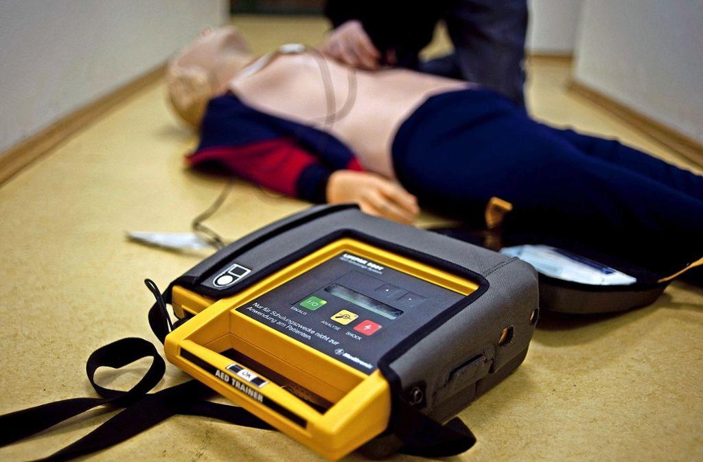 Ein Defibrillator   kann auch von Laien leicht angewandt werden. Die Geräte geben Hinweise zur  korrekten Nutzung. Foto: dpa