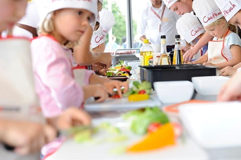 Viele Dinge gibt es zu entdecken - und in der Stuttgarter Zeitung Kochschule werden die Kinder zu Sterneköchen: Kneten, rühren, schneiden, schnippeln - und nicht vergessen: naschen. Foto: www.7aktuell.de/Oskar Eyb