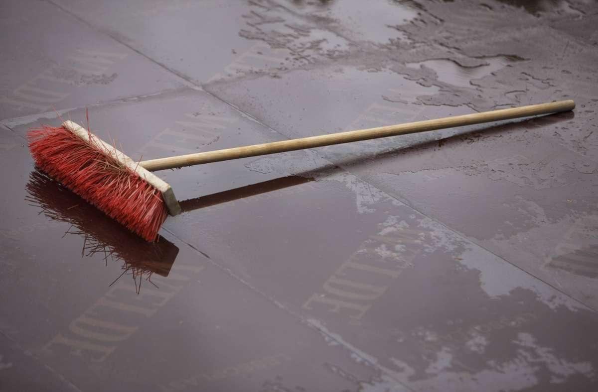 Der mutmaßliche Exhibitionist soll mit einem Besen zugeschlagen haben. (Symbolbild) Foto: imago stock&people/imago stock&people