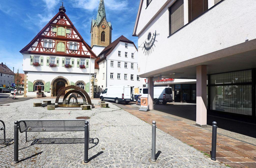 Nur einmal quer über den Platz: Eine Abteilung der Stadtverwaltung zieht bald vom Rathaus (links) in die ehemaligen Räume der  Volksbank (rechts). Foto: factum/